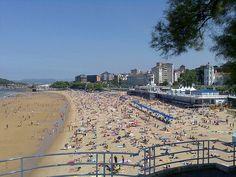 Las playas urbanas de España son, generalmente, bonitas y muy visitadas. Por eso, nos gustaría hablar de todas ellas y en ese cometido no podía faltar la Playa del Sardinero, en Santander. Está tan ligada turísticamente a la ciudad, como La Concha con San Sebastián o La Malvarrosa con Valencia