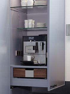Innenausstattung zeyko - nach Öffnen des Auszugs kommt ein Kaffeevollautomat zum Vorscheind