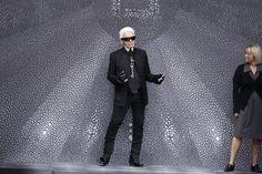 Em um dia como hoje, em 10 de setembro de 1933 nascia o estilista alemão Karl Lagerfeld .   Karl Lagerfeld (nascido Karl Otto Lagerfeldt em 10 de setembro 1933 em Hamburg) é um designer de moda alemão, artista e fotógrafo residente em Paris.   Ele tem colaborado em uma variedade de moda e projetos de arte relacionados, principalmente como estilista-chefe e diretor de criação da casa de moda Chanel.   Lagerfeld tem a sua própria grife de moda, assim como a casa italiana Fendi.   Nesta imagem…
