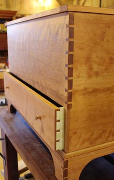 Cherry Shaker Blanket Chest Plans - Check out this DIY chest project and follow step by s