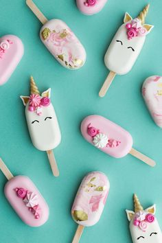 Check out these oh so sweet unicorn ice cream pops! They are the perfect summer sweet packed full of magic! Glace Unicorn, Unicorn Ice Cream, Paletas Chocolate, Magnum Paleta, Lolly Cake, Blog Patisserie, Ice Cream Pops, Unicorn Foods, Chocolate Covered Strawberries