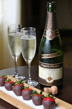 Valentine's Day Treat - Champagne and Chocolate Covered Strawberries Valentines Day Dinner, Dinner For Two, Valentine Treats, Valentine Desserts, Diy Valentine, Wine Cheese, Romantic Dinners, Romantic Picnics, Romantic Ideas