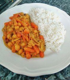 """No hace falta complicarse la vida para comer """"thai"""". Esta receta de curry a base de legumbres y verduras es sencilla a la par que buena. Ingredientes: 200 gr de zanahoria baby (congelad…"""