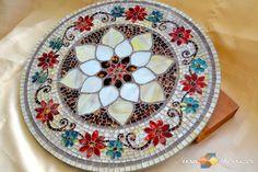 """Prato Tampo Giratório em Mosaico modelo Floral. Confecção em vidro pintado. Mesa em Mosaico para decoração. Arte em Mosaico. Artesanato de Vidro. <br> <br>Mosaico: """"Floral"""" - Pode ser confeccionado como prato giratório ou tampo de mesa. <br> <br>Confecção: Vidro pintado artesanalmente. <br> <br> As peças, por serem artesanais e de vidro pintado, podem sofrer alteração de cor, ou ocorrer um efeito natural de """"espelhamento"""", que consiste no aumento do reflexo de algumas tesselas. <br> ..."""