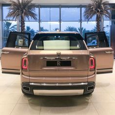Petra Gold Rolls-Royce Cullinan Showcased With Moccasin Interior New Luxury Cars, Luxury Suv, Rolls Roys, Rolls Royce Cullinan, Lexus Lfa, Pagani Huayra, Shades Of Gold, Drag Racing, Auto Racing