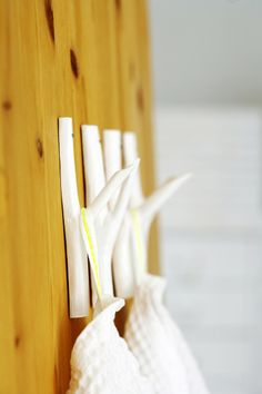 Beautiful and useful things to make with twigs, sticks and branches. Twig and branch rounds table Style Files Twig lampshade The Shabby Creek Cottage Branch wall hooks Deko. Branch with duct. Diy Hooks, Wall Hooks, Bathroom Hooks, Hanger Hooks, Plant Hangers, Home Crafts, Diy Home Decor, Diy Crafts, Weekend Projects