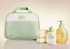 Para o bebê ficar cheirosinho e a Mamãe mais feliz. - Shop Mamae e bebe Presente Natura Mamãe e Bebê - Água de Colônia + Sabonete em Barra + Sabonete Líquido + Bolsa + Embalagem