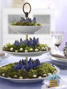 Frühlingsdeko mit Etagere, Moos und Blumen Spring decoration with cake stand, moss and flowers Spring Decoration, Decoration Table, Winter Decorations, Deco Floral, Arte Floral, Floral Foam, Tiered Stand, Easter Table, Deco Table