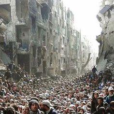 Não sei quem é o autor do clic. Mas o que parece ser essa foto?! É a cidade síria de Aleppo massacrada! Hoje li sobre as mulheres que têm preferido matar suas filhas e se matar do que deem estupradas. Hoje vi um vídeo de um menino chorando desesperado a morte do seu pai, um homem que trabalhava no salvamento de pessoas.  Não existe trégua! Por Deus! Só uma corrente muito forte de orações para que essa tragédia pare. #prayforaleppo exercite a sua Empatia! Se coloque no lugar do outro. Peça…