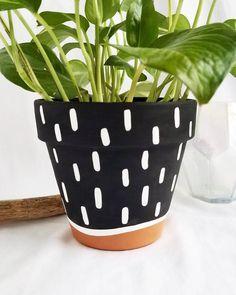 Painted Plant Pots, Painted Flower Pots, Flower Pot Art, Decorated Flower Pots, Pottery Painting Designs, Decorative Planters, Garden Crafts, Diy Painting, Creations