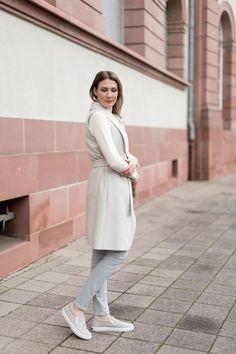 Outfit: Shades of Pale | Mood For Style - Fashion, Food, Beauty & Lifestyleblog | Outfitpost mit einer langen Weste von Hugo Boss, einer grauen High Waist Jeans von Zara und Slip-On-Sneakers von Kennel & Schmenger.