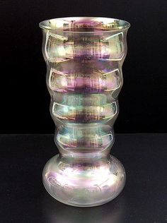 K.P.C. de BAZEL (ontwerp): Helder glazen vaas met irisé, 1917. Uitvoering Glasfabriek Leerdam (NL).