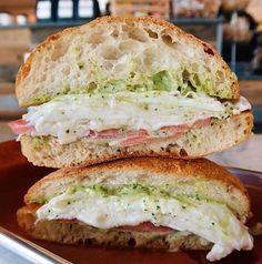 Pesto Sandwich, Sandwich Recipes, Healthy Breakfast Options, Breakfast Recipes, Low Carb Recipes, Vegetarian Recipes, Pesto Eggs, Egg Sandwiches, Baked Banana
