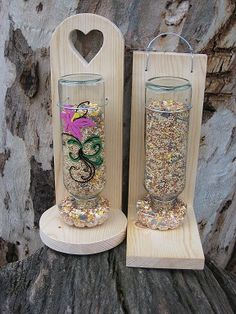 birdfeeders Fun weekend project - DIY Bird Feeder How To Choose A Pot Rack For Your Kitchen Do you w Wood Bird Feeder, Bird Feeder Plans, Bird House Feeder, Bird Feeders, Squirrel Feeder, Weekend Projects, Fun Projects, Outdoor Crafts, Wine Bottle Crafts