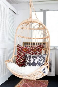 Brilliant 15 Awesome Hanging Chair Design Ideas For More Comfortable Sitting Relax with a hanging chair at home, of course, fun and soothing. Not only that, but the hanging chair also makes your home decoration more beautiful. Bohemian Bedroom Decor, Home Decor Bedroom, Boho Decor, Design Bedroom, Decor Room, Bedroom Ideas, Bedroom Colors, Bohemian Interior, Boho Diy