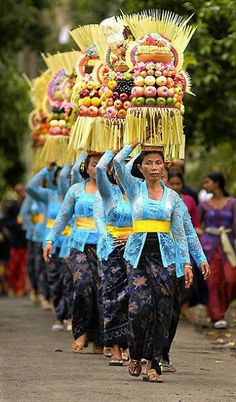 Going to Odalan - Bali, Indonesia. Hindus in Bali, an island in Indonesia, celebrate the birthday of their local temple every 210 days. Odalans commemorate the anniversary of a temple's consecration. We Are The World, People Around The World, Wonders Of The World, Around The Worlds, Bali Lombok, Java, Rite De Passage, Vietnam, Voyage Bali