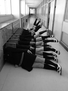 15 funny pictures of Japanese high school students with too much imagination Japon Tokyo, Japanese High School, Strange Photos, Black N White, Black And White Photography, Monochrome, Funny Pictures, Random Pictures, Student