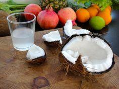 Kookosvesi | Coconut water. In English: http://www.gurmee.net/en/2013/09/14/kuinka-saisin-rikki-kookospahkinan-ja-kookosmaidon-valmistus/