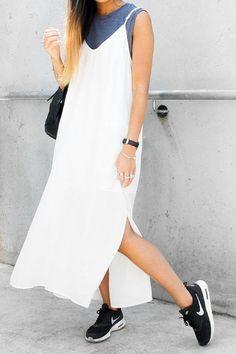 Vestido de alcinha off white, regata cinza embaixo, tênis esportivo e bolsa