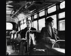 Rosa Parks, la mujer negra encarcelada por no ceder su asiento en el autobús a un blanco en 1955 en Estados Unidos. Descubre más personajes históricos que lucharon contra el racismo pinchando en la fotografía.