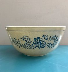 Vintage Pyrex Homestead Blue 403 Mixing Bowl, 1980s Vintage Pyrex, Vintage Lamps, Vintage Wood, Vintage Pink, Wood Napkin Holder, Art Deco Table Lamps, Boho Kitchen, Pink Art, Blue Design
