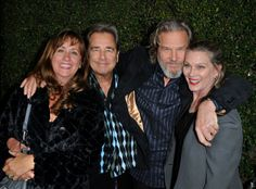 Brothers Jeff Bridges and Beau Bridges with their wives Wendy and Susan Hollywood Couples, Hollywood Walk Of Fame, Old Hollywood, Lloyd Bridges, Jeff Bridges, Famous Couples, Famous Men, Celebrity Kids, Celebrity Pictures