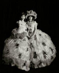 Silent film actresses twins Madeline and Marion Fairbanks, 1923 Photographer: Nickolas Muray Mode Vintage, Vintage Ladies, Vintage Twins, Vintage Photographs, Vintage Photos, Dolly Sisters, Twin Sisters, Nickolas Muray, Ziegfeld Girls