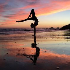 Your daily source of yoga inspiration. The most beautiful yoga photos and quotes. Tag your photo to be featured. Gymnastics Videos, Gymnastics Pictures, Gymnastics Workout, Dance Pictures, Gymnastics Hair, Gymnastics Quotes, Dance Photography Poses, Gymnastics Photography, Dance Poses