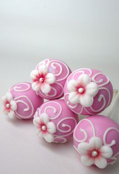Pretty flower cake pops