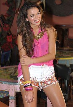 Bruna Marquezine posa de shortinho para marca de jeans