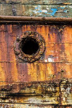 Détail de la coque d'un vieux bateau de pêche abandonné aux éléments dans le cimetière marin du port de Camaret.