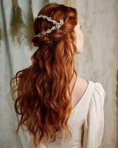 red hair, copper red, beautiful curls, silver hair accessories, white dress You are in the right place about christmas crafts Here we offer you the most beautiful pictures about the … Pretty Hairstyles, Wedding Hairstyles, Hairstyle Ideas, Fantasy Hairstyles, Redhead Hairstyles, Crazy Hairstyles, Romantic Hairstyles, Bridesmaid Hairstyles, Long Haircuts