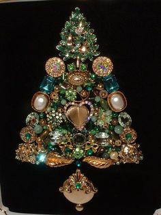 Costume Jewelry Crafts, Vintage Jewelry Crafts, Recycled Jewelry, Vintage Costume Jewelry, Jeweled Christmas Trees, Christmas Tree Art, Christmas Jewelry, Christmas Crafts, Jewelry Frames