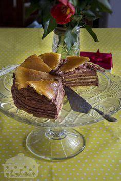Tortul Dobos, un clasic al patiseriei austro-ungare, a fost inventat de catre patiserul maghiar József Dobos in 1884. A fost un mare succes, era pentru prima data cand se folosea crema de unt intr-un desert iar aceasta inovatie a cucerit pe multi intr-o epoca in care lumea nu contabiliza caloriile si tot ceea ce interesa […] Chocolate Pictures, Romanian Food, Pavlova, Homemade Food, Sweet Recipes, Deserts, Goodies, Dessert Recipes, Food And Drink