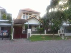 DIJUAL CEPAT....Graha Family blok R jalan utama  Rumah dikawasan paling elit Surabaya di nol jalan lebar 20m. Kondisi rumah bagus sekali, baru renovasi tidak ada retak atau tembok basah (sip).  -Bangunan 2 lt, luas tanah 276m2 (12x23m), lb 300m2 - Hadap TIMUR -KT 3+1 KM 3+1, full furnished (sederhana). AC 4pcs, Water heater, Tandon air atas bawah. Kusen kayu. - PLN 2200watt, air PDAM - Lebar Jalan 20M. - Sertifikat SHM. Harga Rp 5.25M Nego.  Hubungi: Rudy Sugianto ERA Tjandra Patos