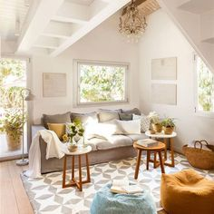 Salón con sofá en color priedra y tres mesillas auxiliares