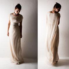 Ein einzigartiges Brautkleid. Er hat eine seltsame, ätherische Leichtigkeit und eine zeitlose Form, erinnert an keltischen Priesterinnen der