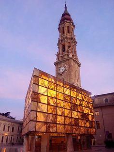 Plaza de las Catedrales, el cubo del museo del Foro Romano y la Torre de la Basílica Catedral de La Seo Zaragoza España.