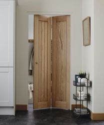 bathroom door The classic cottage style of this Genoa Oak bi-fold door is timeless and works well when there is limited space. Folding Bathroom Door, Sliding Bathroom Doors, Diy Folding Doors, Sliding Doors, Internal Oak Bifold Doors, Small Doors, Oak Doors, Front Doors, Ideias Diy