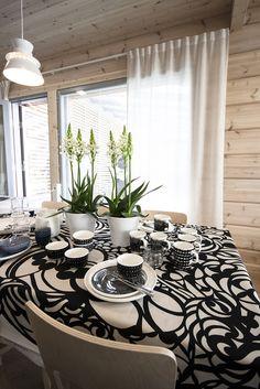 Ruokailutila kohteessa Kontio Harunire, Asuntomessut 2015 Vantaa Marimekko, Kitchen Dining, Dining Room, Kitchen Collection, Log Homes, Pattern Art, Living Spaces, Sweet Home, Table Settings