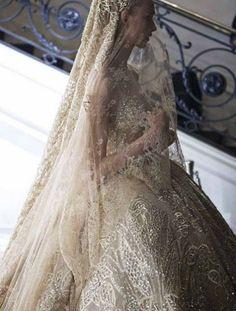 Abito da sposa decorato Elie Saab - Modello con velo in coordinato dal catalogo bridal 2016