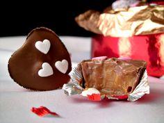 I cioccolatini al dulche de leche, sono facili da preparare, golosi da offrire e ottimi da regalare. Li ho preparati per San Valentino utilizzando dei pirottini a forma di cuoricino, ma potrete utilizzare qualsiasi forma. Basta veramente poco per realizzare i cioccolatini ripieni fatti in casa e sono così buoni che ne vorrete preparare sicuramente altri. Io ho utilizzato del cioccolato al latte, ma potrete sostituirlo con del cioccolato bianco del cioccolato fondente o magari utilizzarli…