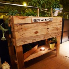 Start growing your own vegetables in this cute urban garden made with pallets