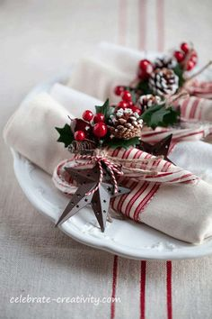 Turn plain napkins into fun and festive table wear for your holiday dinner party… - christmas dekoration Christmas Dining Table, Christmas Table Settings, Christmas Tablescapes, Christmas Table Decorations, Thanksgiving Table, Holiday Tables, Fall Table, Christmas Place Setting, Christmas Dinners