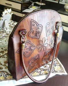 Handmade Bags And Purses Homemade Leather Art, Leather Tooling, Vintage Leather, Leather Purses, Leather Handbags, Homemade Bags, Leather Bags Handmade, Leather Projects, Handbag Accessories