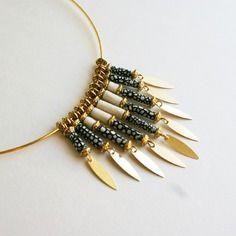 """Elégant collier """"by night"""" en perles de papier lokta népalais, noir, blanc, support doré"""