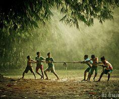 Indonesian traditional childrens games by Village Kids, Art Village, Village People, Childhood Memories Quotes, Childhood Games, Village Photography, Cute Kids Photography, Friendship Photography, Naughty Kids