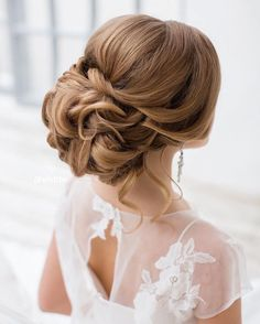 This beautiful updo bridal hairstyle perfect for any wedding venue - Beautiful wedding hairstyle Get inspired by fabulous wedding hairstyles #weddinghairstyles
