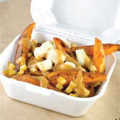 Recettes santé | Nutrisimple | Poutine Santé Poutine, Bbq Bacon, Nutrition, Tempeh, Mets, Apple Pie, Macaroni And Cheese, Waffles, Fries