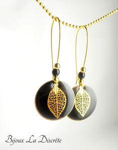 Boucles d'oreilles crochet en métal doré avec sequin noir et feuille en métal doré : Boucles d'oreille par bijoux-la-discrete